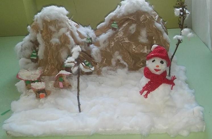 paesaggio nevoso con pupazzo di neve